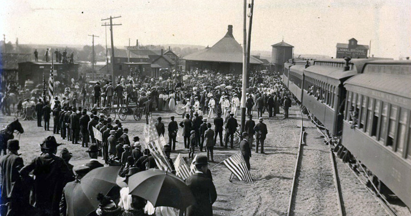 soldiers leaving from depot for Spanish-American War
